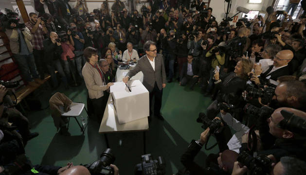 El presidente de la Generalitat, Artur Mas en la Scola Pia de Balmes donde depositó su papeleta