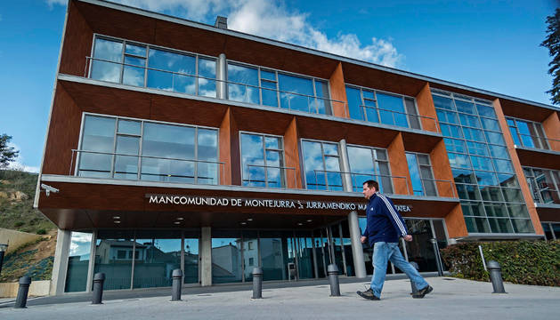 Acceso a la sede de Mancomunidad de Montejurra, en el barrio de Lizarra.