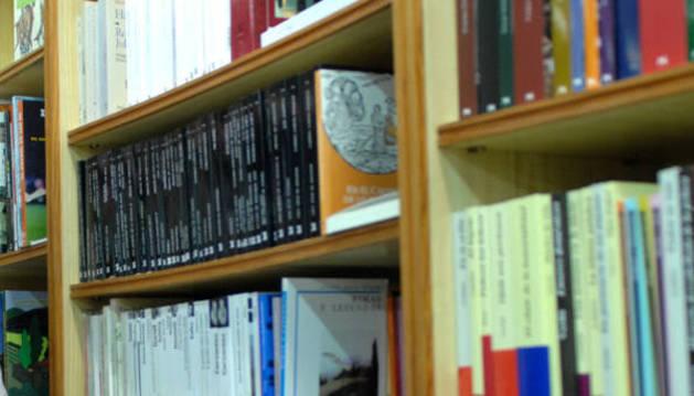 Begoña Lirón Nuez, con su libro en una librería de Tafalla.