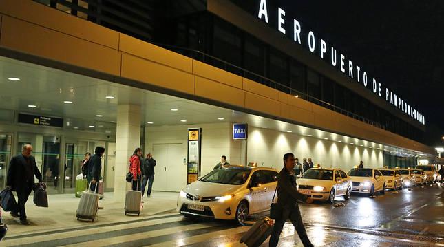 Viajeros en el aeropuerto de Noáin.
