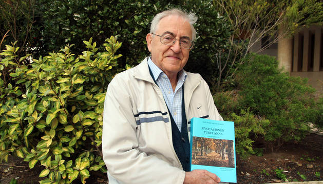José Javier Calvo Huarte posa con su nuevo libro