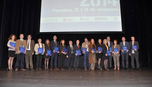 Representantes de la asociación Área Comercial Ensanche y los premiados en el escenario de Baluarte
