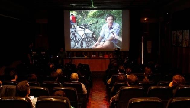 Los asistentes visualizan los vídeos realizados por el 'biciclown' en su viaje