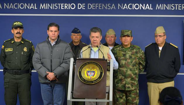 Juan Manuel Santos (en el centro) anuncia la suspensión del diálogo con las FARC