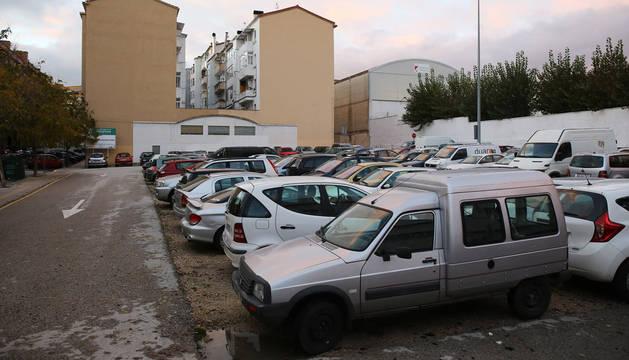 Solar utilizado como aparcamiento entre la travesía de Monjardín y la calle Mutilva Baja.