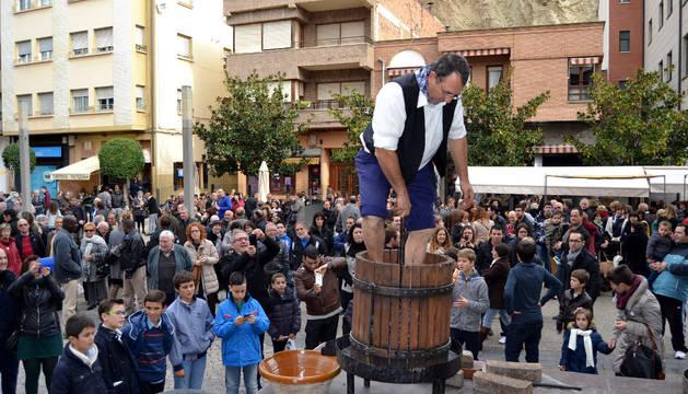 Pedro Carrascón Aznar protagonizó el tradicional pisado de uva ante cientos de personas.