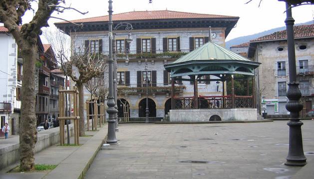 Imagen de la plaza Zaharra, con el Ayuntamiento al fondo.