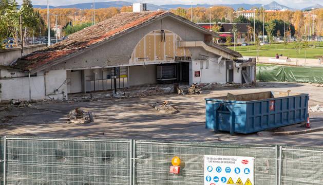 La antigua gasolinera de Discosa prácticamente desmantelada frente al parque de Trinitarios.
