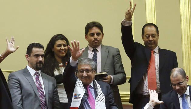 El embajador de Palestina en España, Musa Amer Odeh (c), asiste esta tarde desde la tribuna del público al pleno del Congreso de los Diputados