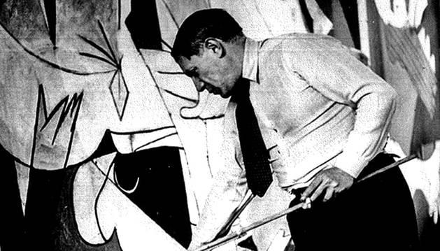 Picasso, trabajando en el 'Guernica'