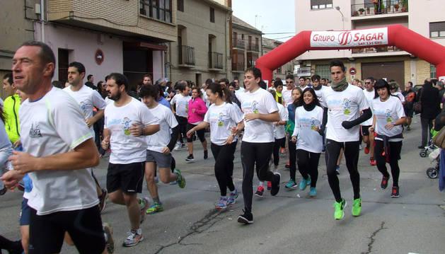 Salida de los participantes en la carrera solidaria
