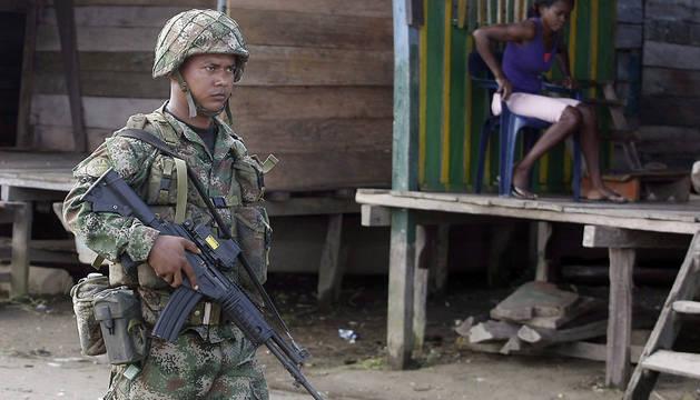 Un miembro del Ejercito Nacional de Colombia patrulla el corregimiento de Las Mercedes.