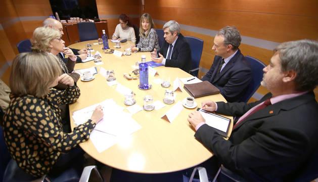El decano del COIINA con representantes de las universidades, Gobierno de Navarra y Parlamento