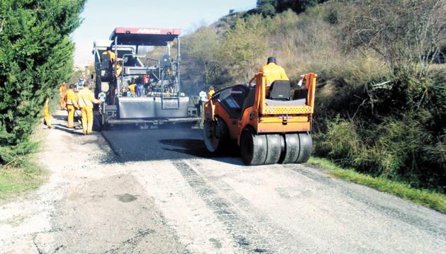 Trabajos de asfaltado en la carretera de la foz de Lumbier