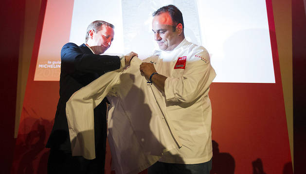 Ángel León, del restaurante Aponiente, recibe una chaquetilla al obtener su segunda estrella Michelin