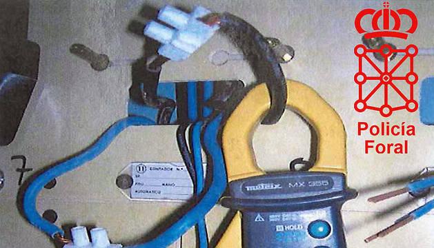 Manipulación realizada por uno de los detenidos para conectarse directamente a la red sin contrato ni contador