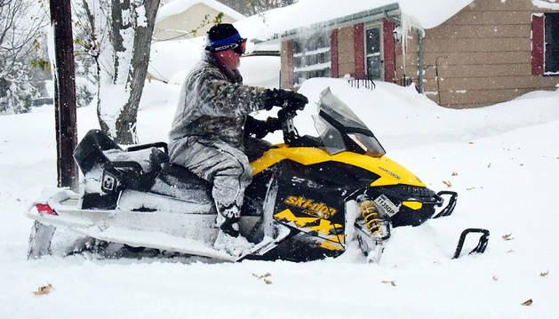 Un hombre circula en una moto de nieve al sur de Búfalo, en el Estado de Nueva York