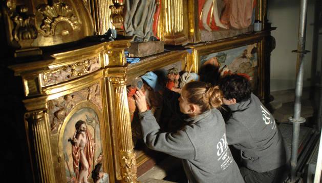 Trabajo de restauración en el retablo mayor de Santacara
