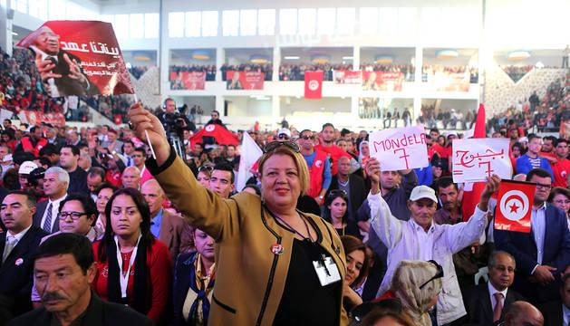 Acto electoral del candidato Essebsi, el favorito a las presidenciales de Túnez.