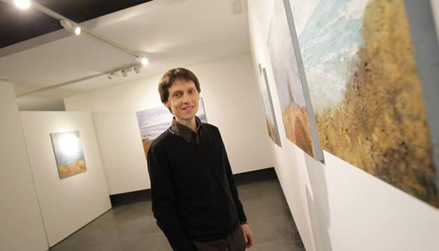 Carlos López, ante varias de las obras que expone en Kalon.