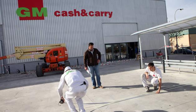 Operarios trabajan en el exterior del nuevo centro en Tudela del Grupo Miquel.