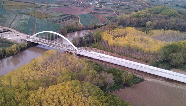 Vista del estado de las obras del puente sobre el río Ebro, que borrará la frontera natural que separa Navarra de La Rioja
