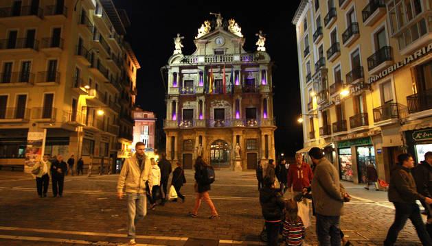 Día Internacional de la Infancia el Ayuntamiento de Pamplona se ilumina de color azul