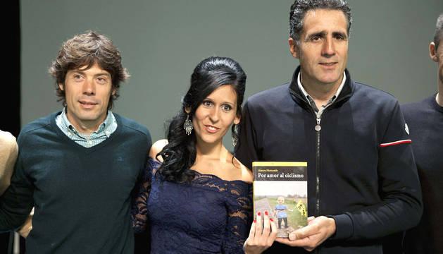 Freire e Induráin, con la periodista Ainara Hernando, autora del libro.