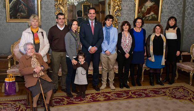 El consejero Alli junto con Teresa Nagore y las familias participantes en la recepción.