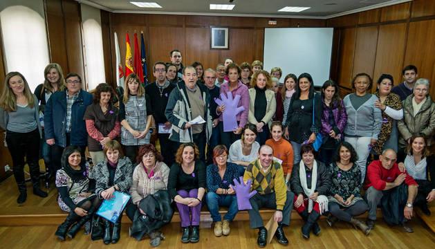 Representantes municipales, personas que han intervenido en el vídeo e invitados a su presentación, el jueves en el salón de plenos de Estella.
