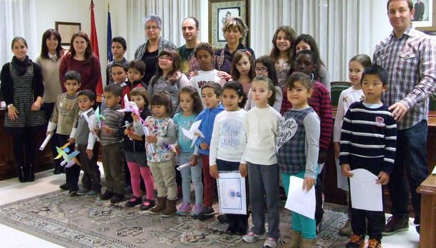 Escolares junto a representantes municipales en el salón de plenos del ayuntamiento de Castejón.