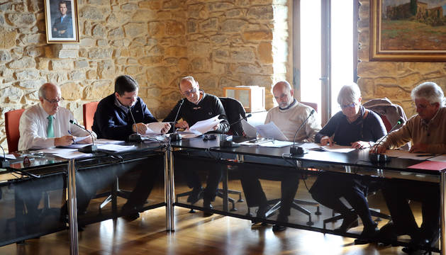 En el centro, tercero por la izquierda, Jean Paul Aparicio, nuevo edil de UPN.