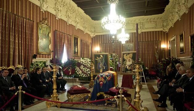 Familiares y amigos de la XVIII duquesa de Alba, Cayetana Fitz-James Stuart, lloran la muerte de la aristócrata, fallecida este jueves en Sevilla a los 88 años.