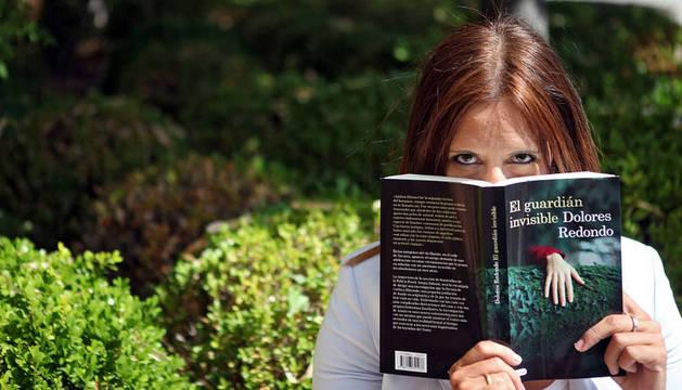 Dolores Redondo con un ejemplar de 'El Guarián Invisible'.