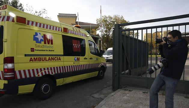 Llegada de la ambulancia con la cooperante al hospital Carlos III.