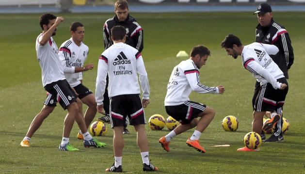 Ancelotti, junto a sus jugadores en Valdebebas