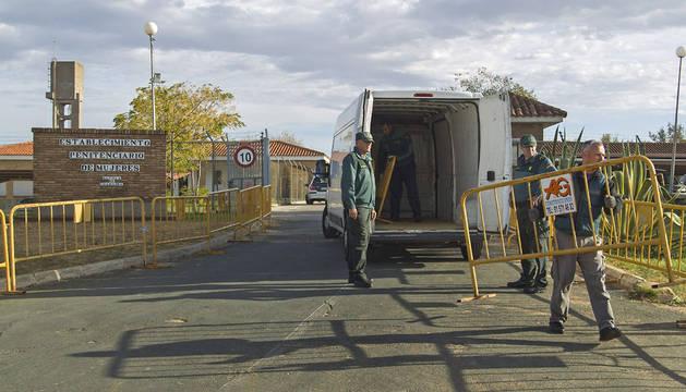 Agentes de seguridad, en la entrada de la prisión de Alcalá de Guadaira.