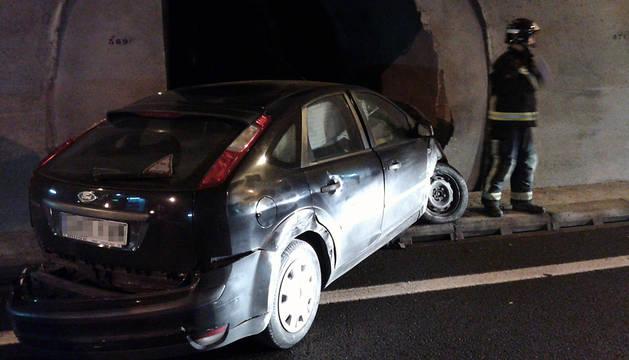 El vehículo colisionó contra una puerta de socorro