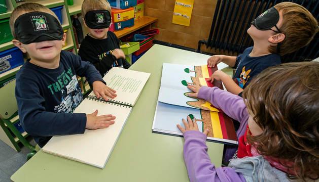 Niños de Infantil prueban cómo sería la lectura con el sistema para ciegos en una de las sesiones celebradas esta semana.