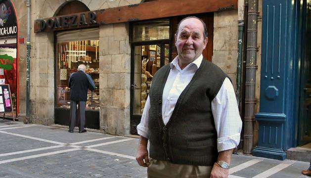 Joaquín Donézar Desojo frente al número 47 de la calle Zapatería, donde nació hace 70 años.