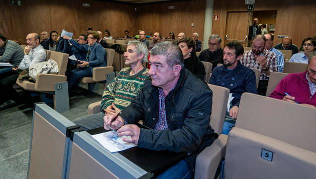 Representantes municipales en la asamblea, con el alcalde de Torres, Juan Luis Pérez, en primer término.