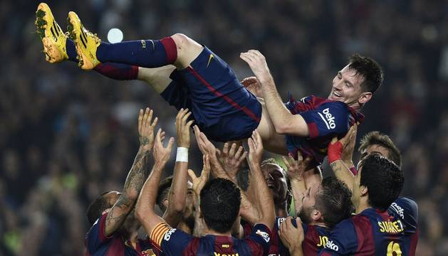 Los compañeros de Messi le mantean tras batir el récord de Zarra