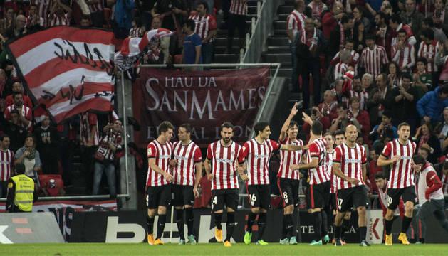 Los jugadores del Athletic de Bilbao celebran el gol marcado por su compañero, Aritz Aduriz