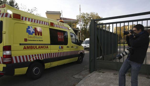 Momento en el que la cooperante navarra entra en el Hospital Carlos III