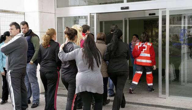 Familiares de las tres niñas a su llegada al centro médico de Fuensalida
