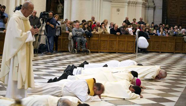 El arzobispo de Granada y otros sacerdotes, postrados antes el altar