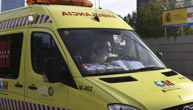 La ambulancia que traslada a la médico cooperante española a su llegada al Hospital Carlos III de Madrid