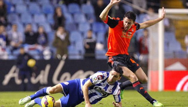 Gorka Elustondo lucha el balón con el delantero portugués Helder Postiga