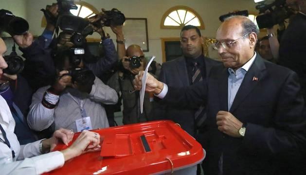El actual presidente interino, Moncef Marzuki, depositando su voto.