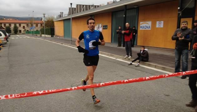 Xabier Zarranz, en el momento de cruzar la meta como ganador en 2013